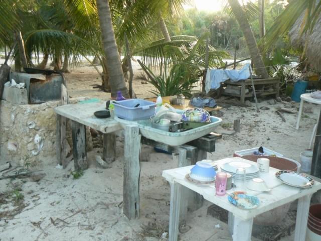Кухня и одинственный водоисточник-слева.