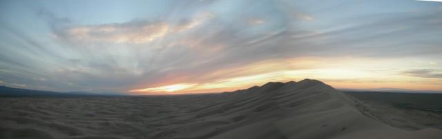 Дюны Хонгор Элс на закате. Панорама.
