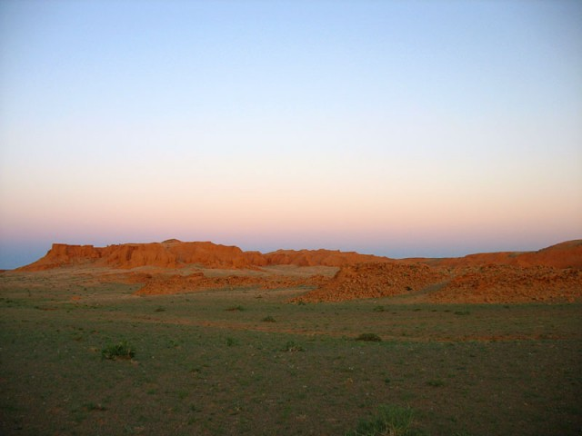 Flaming Cliffs. Здесь находят останки динозавров