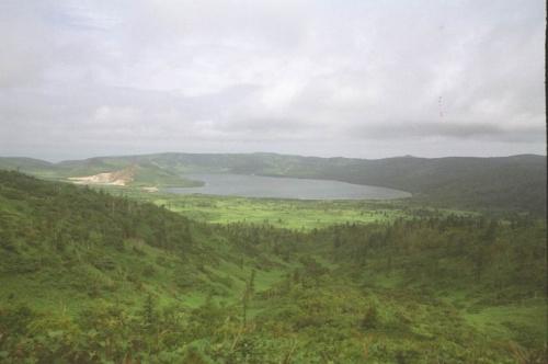 вид на кальдеру со смотровой площадки,слева озеро гейзерное озеро Кипящее,перетекающее в большое озеро Горячее