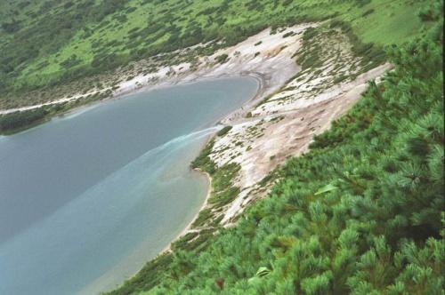 вид на ручей впадающий в озеро Горячее и соединяющий его с Кипящим