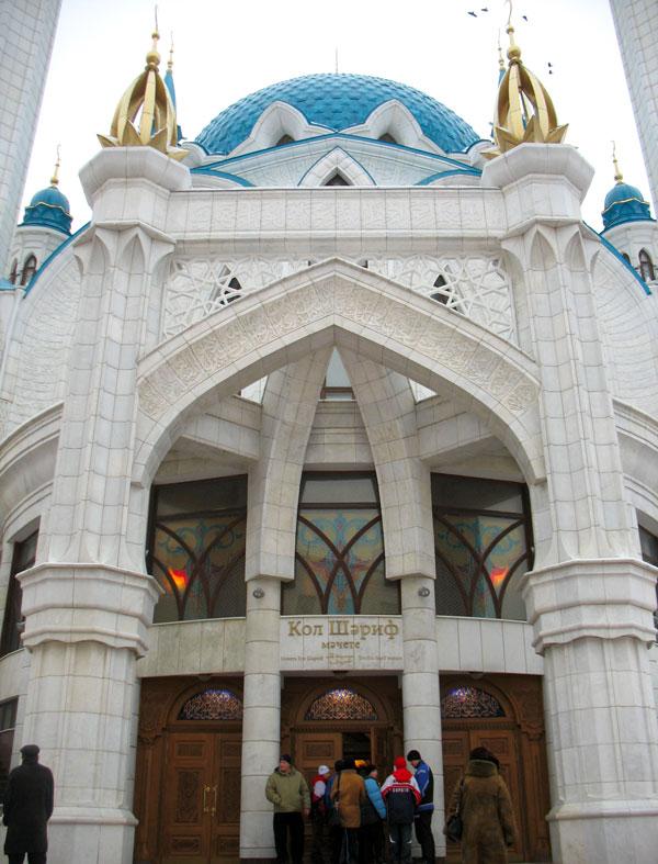 Двери мечети открыты и туристам