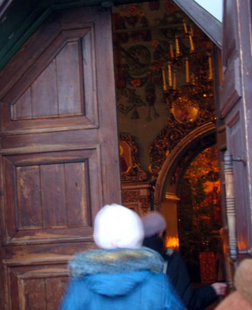 За дверью собора обнаруживается золотой сумрак