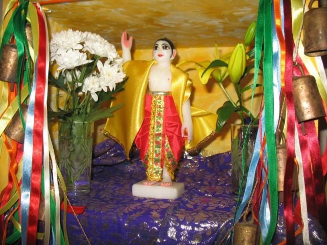 наш домашний алтарь с божеством Чайтаньи