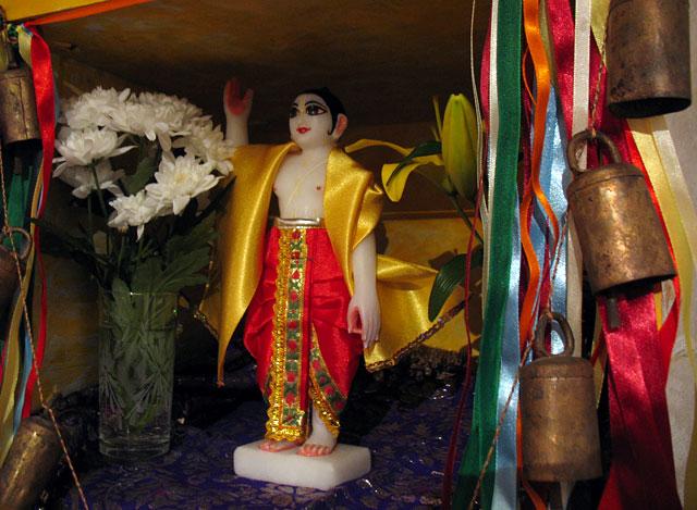 Шри Гауранга, воплощение Кришны, окутанного золотым сиянием любви Радхарани