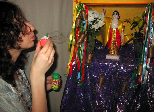 Необычный ритуал - предложение мыльных пузырей божеству.