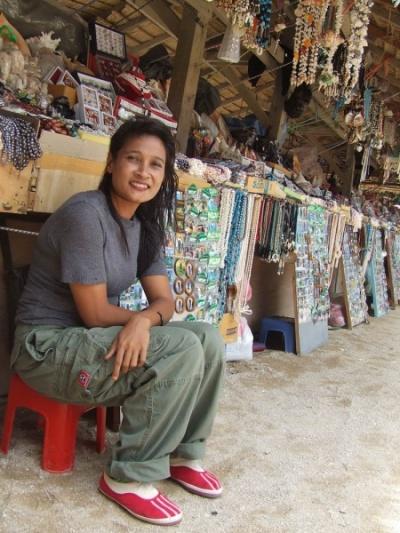 Торговка на рынке жемчуга и ракушек