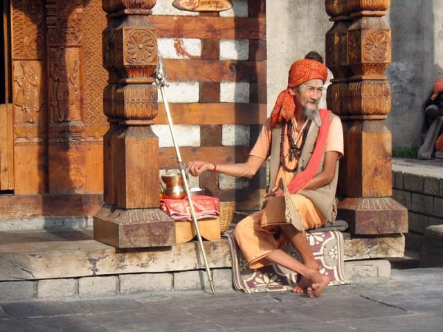 Баба из Таиланда у храма Шивы в Васиште