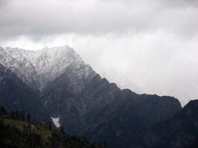 А в горах весь день идет снег...