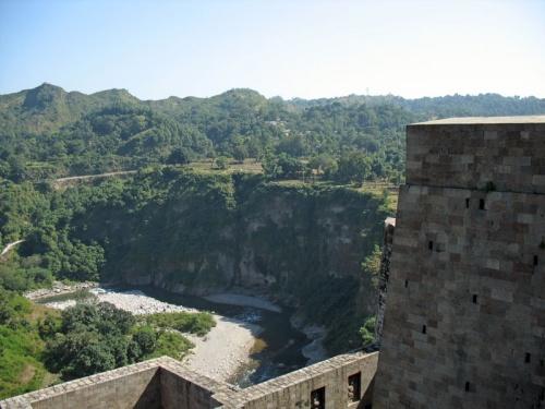 Река под крепостью