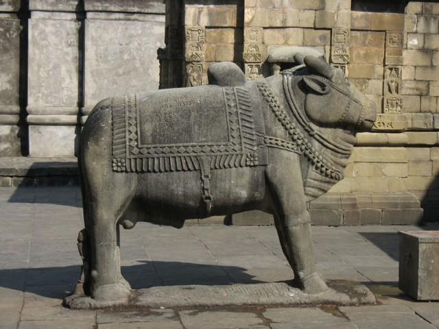 Бык Нанди перед входом в храм Шивы