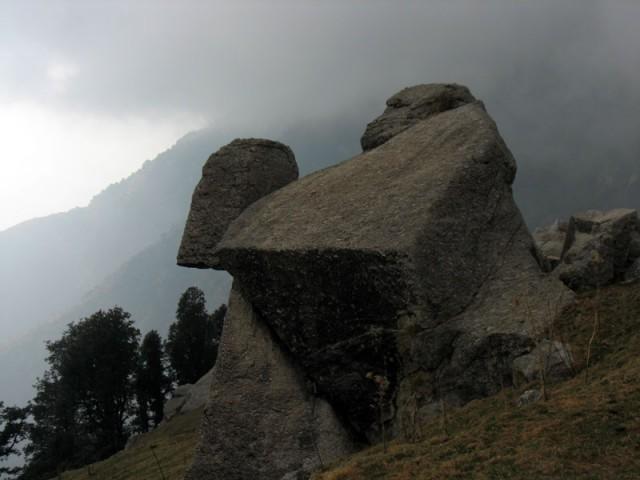 Каменные истуканы в Триунде