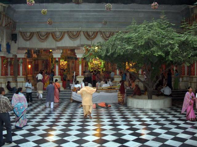 Внутри Храма Кришна-Баларама