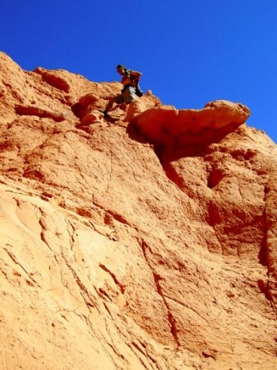 Серж скачет по скалам. Баянзаг, пустыня Гоби, Монголия