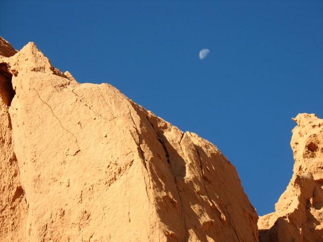 Скалы и луна. Баянзаг, Монголия