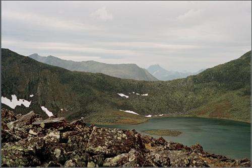 Вид на Круглое озеро, перевал Кар-Кар, а на горизонте – гора Манарага