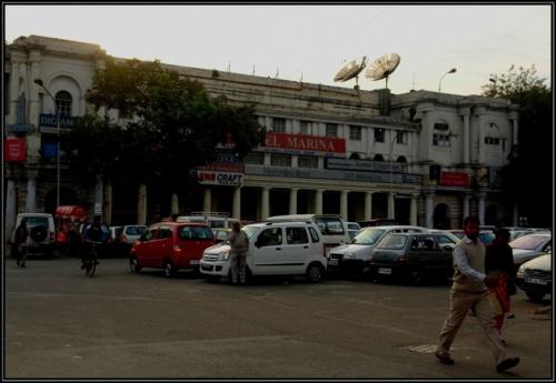 В Дели есть и реклама Мерседес