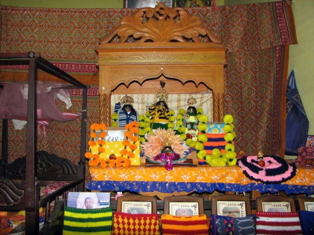 Алтарь в Сурабхи-кундже