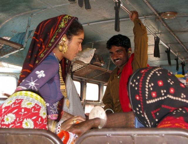 Стиль гуджаратских женщин: золотые шестеренки в ушах и тату до локтей