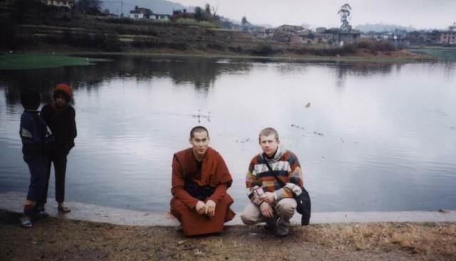 Делаем подношение нагам-хозяевам озера долины Катманду.