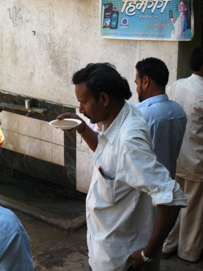 Фото дня: Гуджаратцы пьют чай из блюдечек (снято по дороге в Палитану)