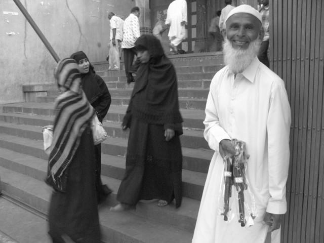 Еще одна прикольная фотка: Мусульманский чувак, продающий автоматики по 10 рупий около мечети