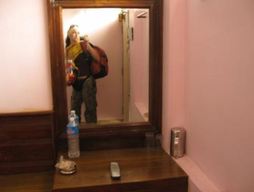Смешная розовая комнатка с балконом за 300 Rs
