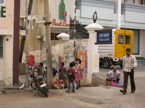 школьники ждут  школьный автобус