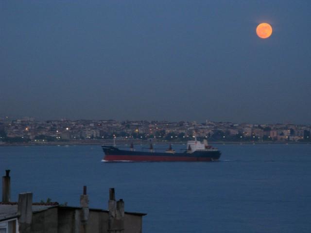 Вечер. Луна над Мраморным морем. Ночь явления Будды...