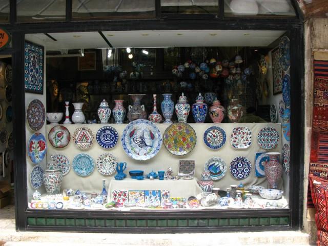Туристическая улочка с лавками ковров, керамики и прочих сувениров, Стамбул