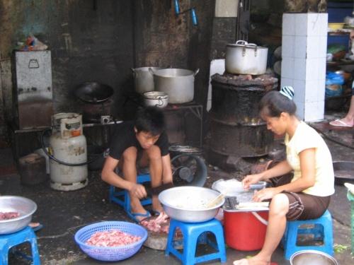 Улицы Ханоя-сплошной общепит