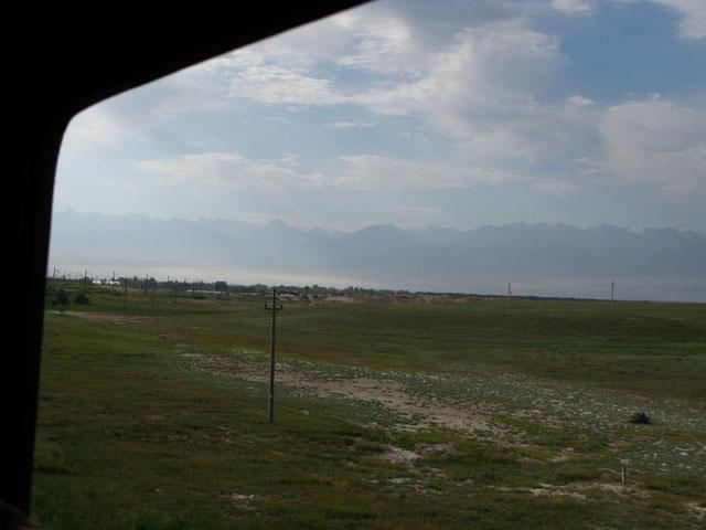 Горы над степью на подъезде к Алма-Ате