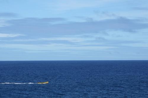 В синем море