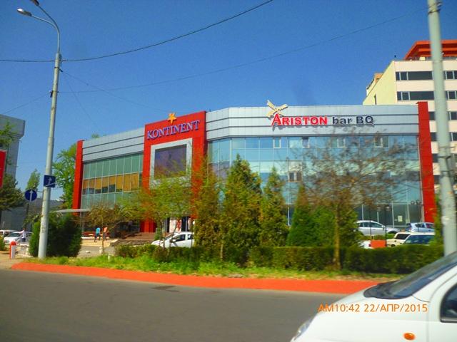 """Рядом с бывш. гостиницей """"Россия"""" построили супермаркет."""