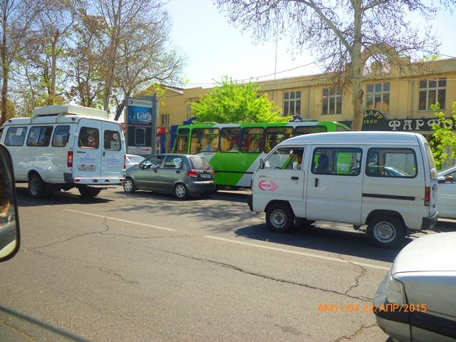 """Видите зелененький автобус? Он называется """"Ота йўл"""". Везде, где увидите зеленые автобусы - котируются проездные карточки и жетоны."""