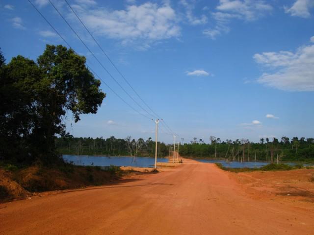 Красная дорога, зеленые джунгли, синее небо - визитная карточка Камбоджи