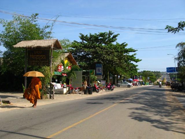 Монах на улице города...