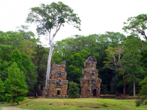 Башни Prasat Suor Prat – «Башни канатоходцев» в Ангкор Томе. Назначение их неизвестно. Всего – 12 штук.