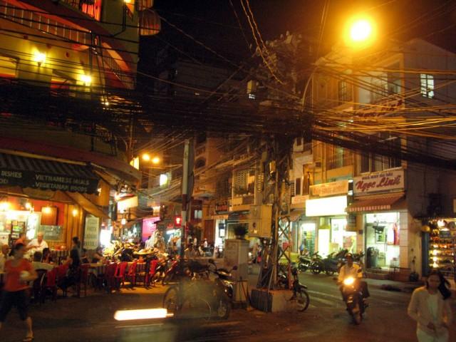 Паутины проводов в паутине улиц