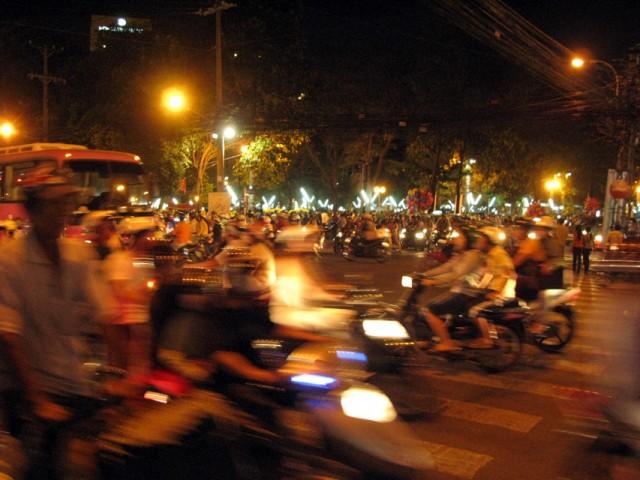 Раньше вьетнамцы ездили на великах, а теперь ездиют на моциках