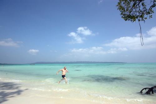 на фоне - необитаемый остров Джона Лоуренса.