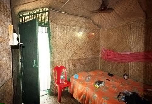 Дерево, бамбук, плетеный пальмовый лист, кровать и москитная сетка. Санузел прилагается.