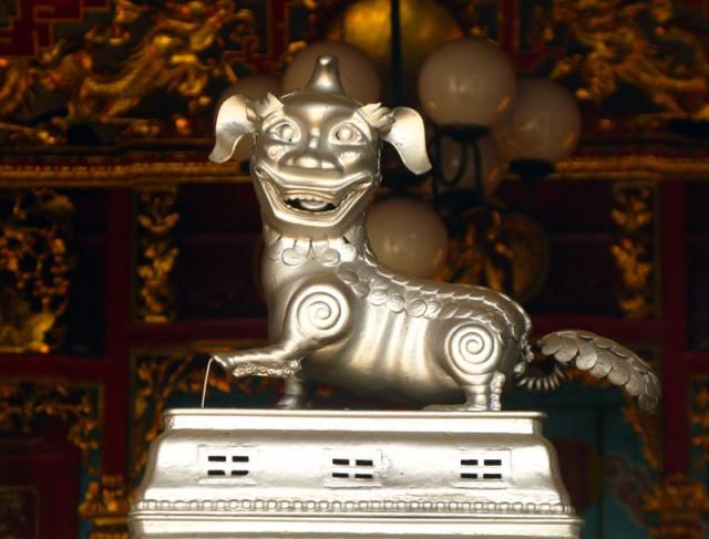 Веселый металлик в китайском храме