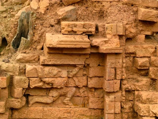 В мешанине из кирпичей еще можно разглядеть тень искусства царства Чампа