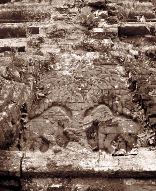 Кое-где проглядывают рельефы со слонами