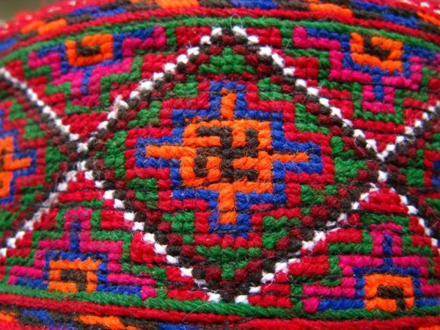 Свастика, древний благоприятный знак всех народов мира, в орнаменте памирской тюбетейки