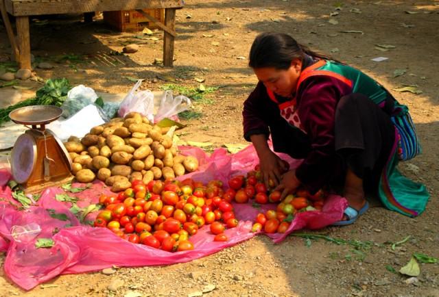 Женщина народности лису на рынке в Соппонге