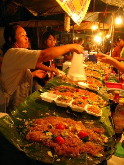 Жареная лапша по-тайски за 10 бат