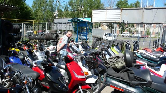 Дима, неспешно, со знанием дела выбрал себе скутер...