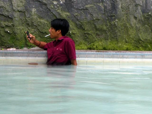 Даже в бассейне индонезиец не расстается с сигаретой